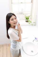 タオルで顔を拭く女の子
