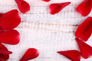 Holzhintergrund mit Rosenblättern zum Beschriften