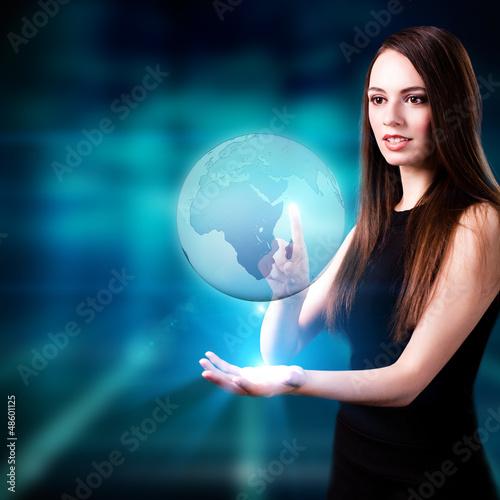 junge Frau mit Globus