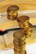 столбики монет на книгах