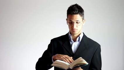 studente con libro scolastico
