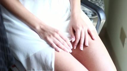 ragazza con vestito bianco leggero