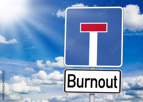 Schild Einbahnstraße mit Burnout