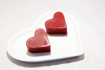 Cuoricini su piatto a forma di cuore