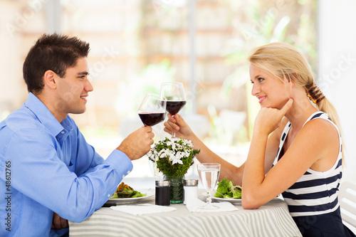 Młoda para picia wina w nowoczesnej restauracji