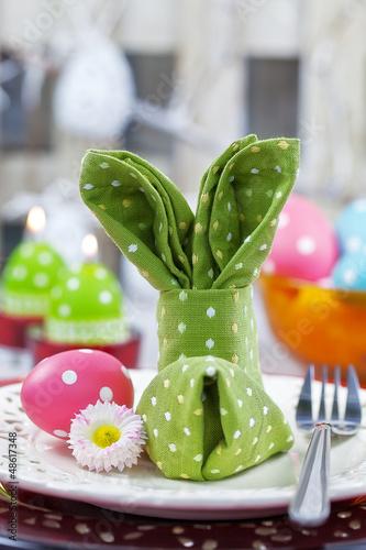 Papiers peints Table preparee Stoffserviette für Osterfrühstück als Hase gefalten