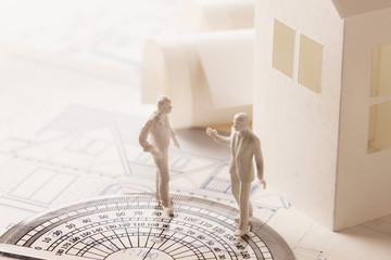 ペーパークラフトの家と図面と人物の模型
