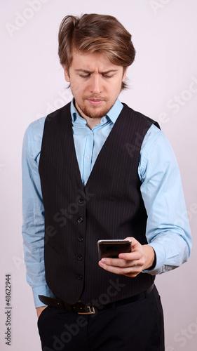 junger mann sendet sms