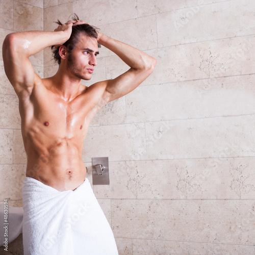 muskulöser Mann nach dem duschen