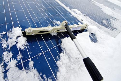 Photovoltaikanlage von Schnee befreien - Solarzellen - 48630999
