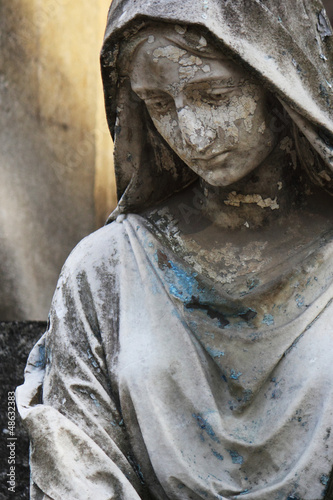 Statue Of Women On Tomb © zwiebackesser