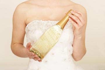 Braut mit Sektflasche in der Hand