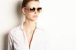 eingebildete Frau mit Sonnenbrille