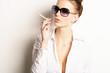 elegante Frau raucht