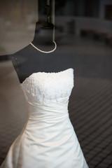 ショーケースの中のウエディングドレス