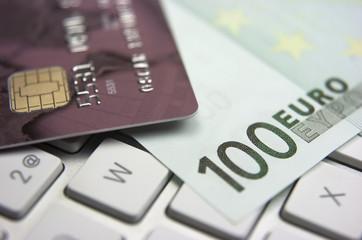 Teclado de ordenador, tarjeta de crédito, dinero