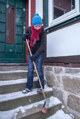 Frau fegt Schnee