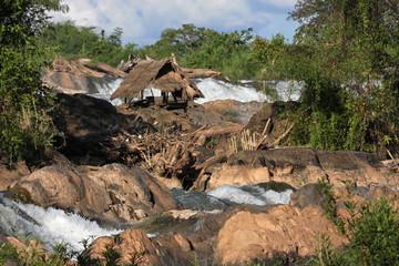Hutte de peche au milieu des chutes du Mékong