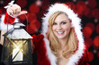 Santa Frau mit Laterne lacht vor Freude