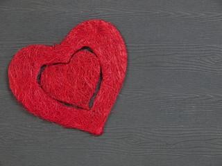 Rotes Herz auf Holzbbrett