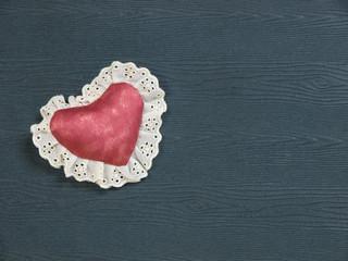 Herzkissen auf Holztafel