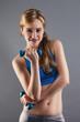portrait einer sportlerin mit fitness hanteln