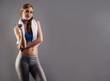 junge sportlerin mit weissem handtuch und fitness hanteln
