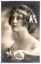 Portrait de jeune femme avec des fleurs rose