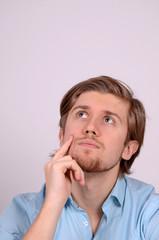 mann beim nachdenken