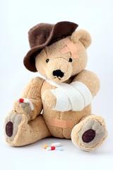 Teddy, gebrochener Arm nimmt Tabletten Freist.