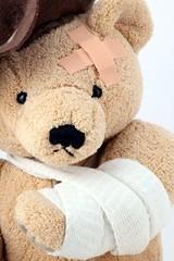 Nahaufnahme von Teddy mit gebrochenem Arm