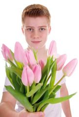 Junge schenkt Blumen