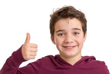 Lächelnder optimistischer Junge mit Daumen hoch - freigestellt