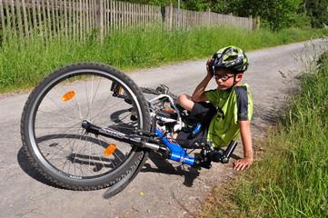 Junge Sturz mit Fahrrad