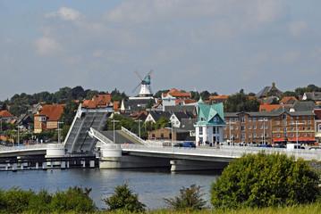 Klappbrücke über der Schlei vor dem Stadtpanorama von Kappeln
