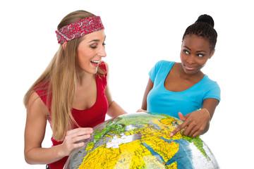 Freundinnen suchen sich ein Reiseziel aus