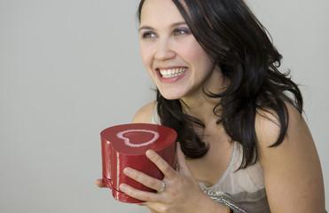 Femme recevant un cadeau en forme de coeur