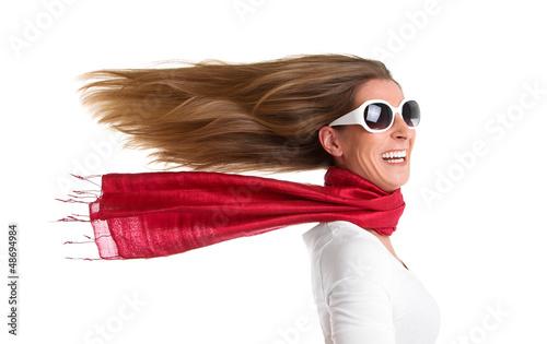 Fahrtwind - Frau isoliert mit wehendem Haar in Rot