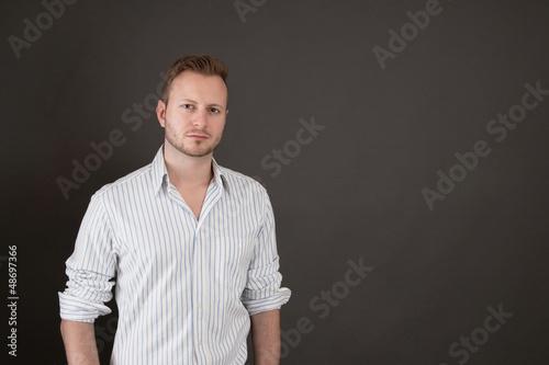 Attraktiver Mann auf schwarzem Hintergrund