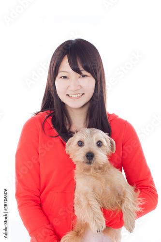 犬を抱いた女の子
