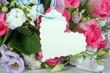 Gutschein, Gratulation, Geschenk: Blumenstrauß mit Herz-Etikett