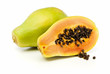 Ganze und halbe Papaya Frucht isoliert