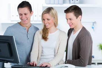 auszubildende arbeiten am computer