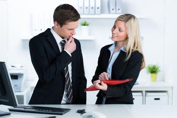 junge businessleute beraten sich