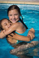 deux amies dans la piscine
