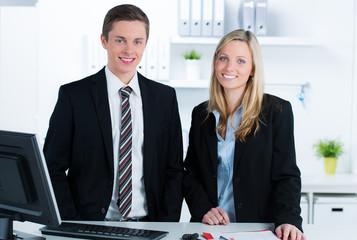 auszubildende arbeiten gemeinsam