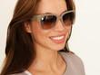 lachende Frau mit Designerbrille