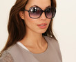junges Model trägt eine Sonnenbrille