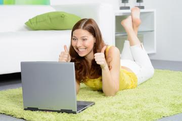 erfolgreiche studentin am laptop