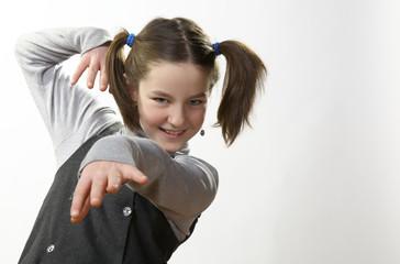 Bambina con codini danza